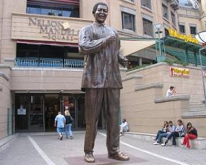 Afrique du Sud: Une femme nue caresse la statue de Mandela